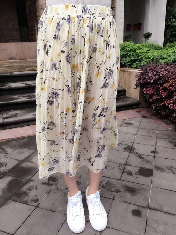 プリントの小花のスカートのプリーツの中でスカート