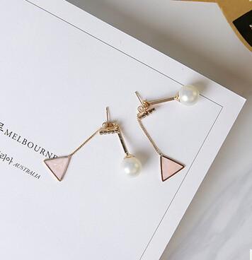 ピアス/イヤリング パールモチーフ ピンク色三角形
