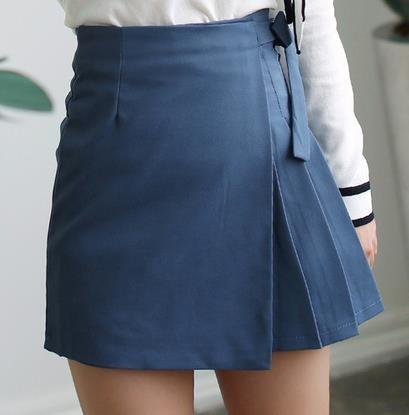 ソリッドカラーはプリーツスカートの弓
