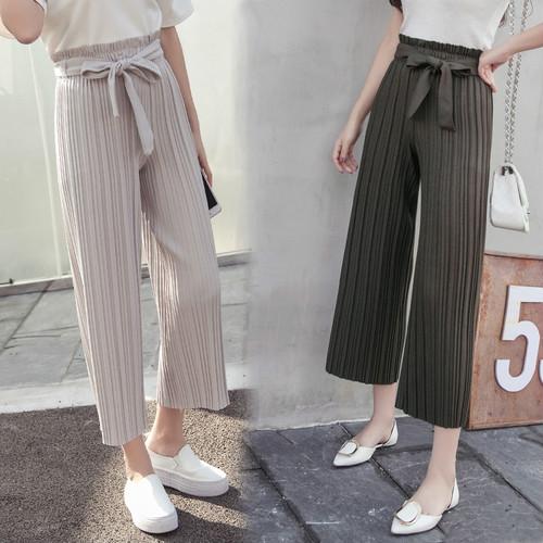 ちょう結びのけい帯のゆったりして広い足のズボンのカプリ・パンツのプリーツ
